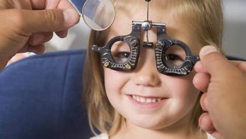 El examen en niños menores de 6 años es fundamental para la detección temprana de problemas oculares que pueden llevar a ambliopía u ojo perezoso.