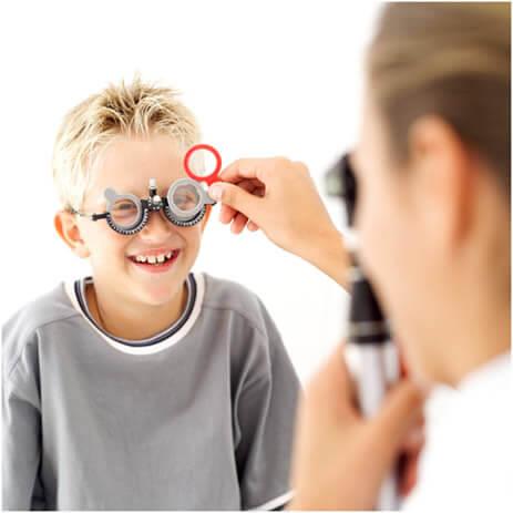 El examen para hipermetropía en el niño es indoloro, pero requiere un poco de paciencia por parte del paciente y de los familiares.