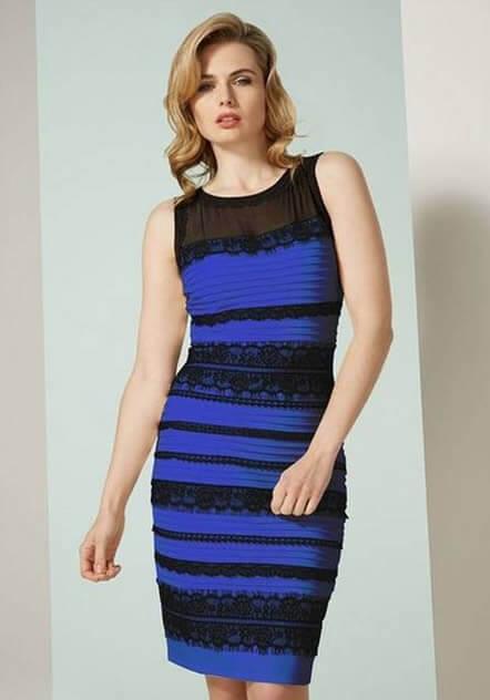 El vestido como originalmente fue creado, en azul y negro.