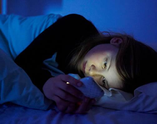 Se ha comprobado que el uso del celular antes de dormir puede ocasionar disturbios del sueño.