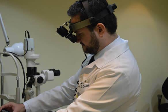 En casos de desprendimiento el examen con un subespecialista en cirugía de retina es fundamental.