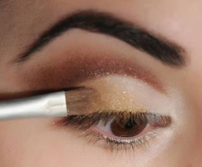 El exceso de maquillaje y su remoción inadecuada es una de las principales causas de blefaritis.