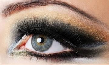 El exceso de maquillaje y algunas marcas de maquillaje pueden provocar alergias oculares transitorias.