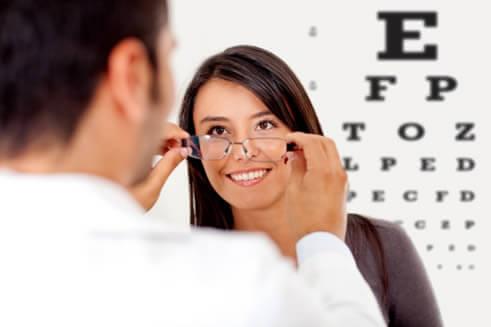 En el examen de refracción (calcular el grado de sus lentes) su oftalmólogo puede hacer el diagnóstico del Astigmatismo.