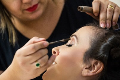Lleve su kit de maquillaje al Salón para evitar compartir productos que entran en contacto con el ojo usados por otras personas.